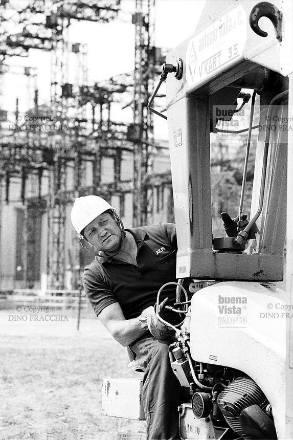 - centrale idroelettrica AEM (Azienda Energetica Municipale di Milano) a Grosio (Sondrio, Valtellina, 1983)....- Grosio hydroelectric power station of AEM, Municipal Energetic Company of Milan (1983)..