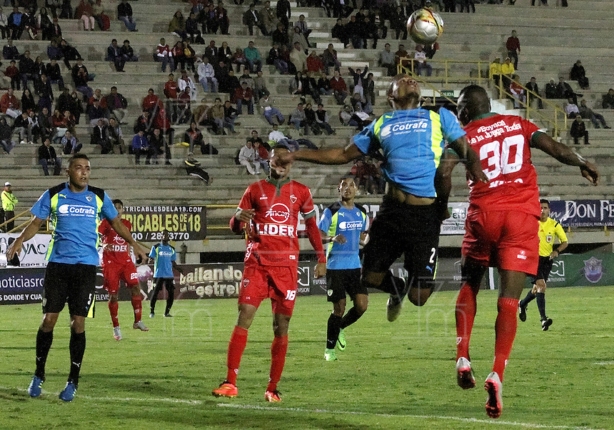 TUNJA -COLOMBIA, 24-02-2016. Hilario F. Mena (Der) jugador de Patriotas FC disputa el balón con Yesid Aponza (Izq) jugador de La Equidad durante partido por la fecha 6 de la Liga Águila I 2016 realizado en el estadio La Independencia en Tunja./ Hilario F. Mena (R) player of Patriotas FC fights for the ball with Yesid Aponza (L) player of La Equidad during match for the date 6 of Aguila League I 2016 at La Independencia stadium in Tunja. Photo: VizzorImage/César Melgarejo/ Cont