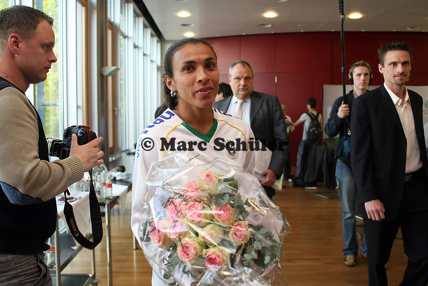 Marta (BRA) mit Blumenstrauss<br /> PK zum Laenderspiel Deutschland vs. Brasilien *** Local Caption *** Foto ist honorarpflichtig! zzgl. gesetzl. MwSt. Auf Anfrage in hoeherer Qualitaet/Aufloesung. Belegexemplar an: Marc Schueler, Am Ziegelfalltor 4, 64625 Bensheim, Tel. +49 (0) 151 11 65 49 88, www.gameday-mediaservices.de. Email: marc.schueler@gameday-mediaservices.de, Bankverbindung: Volksbank Bergstrasse, Kto.: 151297, BLZ: 50960101