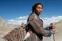 Paysanne de la vallée du Zanskar rencontrée en arrivant au monastère de Ligshet. Elle porte les vêtements traditionnels ladakhis. Ladakh Himalaya Inde. Photo : Vibert / Actionreporter.com