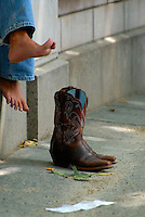 4415 /  Cowgirl Pause: AMERIKA, VEREINIGTE STAATEN VON AMERIKA, NEW YORK, (AMERICA, UNITED STATES OF AMERICA), 06.09.2006: Pause, Erholtung, Cowboy Schuhe, Stiefel, Barfuss