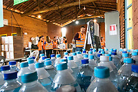 BRUMADINHO, MG, 01.02.2019: ROMPIMENTO DA BARRAGEM EM BRUMADINHO. Empregados da Mineradora Vale e Voluntarios organizam doaçoes , em Corrego do Feijao-Brumadinho, região metropolina de Belo Horizonte, MG, na manhã desta sexta feira (01) (foto Giazi Cavalcante/Codigo19)