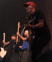 Das Festival With Full Force geht in die 18. Runde. 60 Bands aus der Hardcore-, Punk- und Metallszene haben sich auf dem haertesten Acker Deutschlands nahe Roitzschjora versammelt. Dazu gesellen sich nach Angaben der Veranstalter Sven Borges, Mike Schorler und Roland Ritter fast 30000 Besucher aus aller Welt. Drei Tage lassen die Bands ihre stromgestaehlten Gitarren gluehen und pusten per Mega-Boxenwand das Gras von der Landebahn des Sportflugplatzes. im Bild: Melodycore, Punkrock aus Schweden wird von der Band Millencolin vorgetragen. Gitarrenhalsschmenk gen Himmel von Erik Ohlsson (re) , Mathias Färm (li) und Nikola Sarcevic (mi).   Foto: Alexander Bley