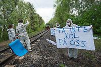 """Klimacamp """"Ende Gelaende"""" bei Elsterheide in der brandenburgischen Lausitz.<br /> Mehrere tausend Klimaaktivisten  aus Europa wollen zwischen dem 13. Mai und dem 16. Mai 2016 mit Aktionen den Braunkohletagebau blockieren um gegen die Nutzung fossiler Energie zu protestieren.<br /> Im Bild: Im Bild: Klimaaktivsten aus Schweden, Oesterreich, Finnland, und Deutschland versuchen die Schienen einer Kohletransportstrecke zu blockieren. Sie haben eine Vorrichtung zum anketten unter den Schienen befestigt. Nun warten sie einen Zug ab, der sie im Schrittempo passiert, um sich erst dann aneinander festzuketten.<br /> Der Zug ist der letzte, der auf dieser Strecke an diesem Tag das Kraftwerk Schwarze Pumpe erreicht.<br /> 13.5.2016, Elsterheide/Brandenburg<br /> Copyright: Christian-Ditsch.de<br /> [Inhaltsveraendernde Manipulation des Fotos nur nach ausdruecklicher Genehmigung des Fotografen. Vereinbarungen ueber Abtretung von Persoenlichkeitsrechten/Model Release der abgebildeten Person/Personen liegen nicht vor. NO MODEL RELEASE! Nur fuer Redaktionelle Zwecke. Don't publish without copyright Christian-Ditsch.de, Veroeffentlichung nur mit Fotografennennung, sowie gegen Honorar, MwSt. und Beleg. Konto: I N G - D i B a, IBAN DE58500105175400192269, BIC INGDDEFFXXX, Kontakt: post@christian-ditsch.de<br /> Bei der Bearbeitung der Dateiinformationen darf die Urheberkennzeichnung in den EXIF- und  IPTC-Daten nicht entfernt werden, diese sind in digitalen Medien nach §95c UrhG rechtlich geschuetzt. Der Urhebervermerk wird gemaess §13 UrhG verlangt.]"""