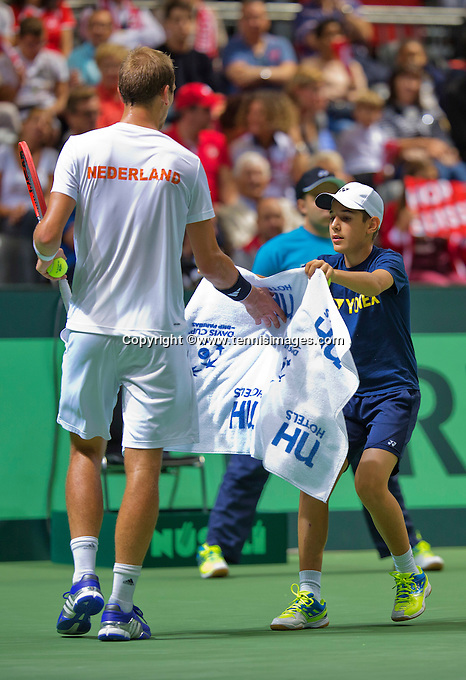 Switserland, Genève, September 20, 2015, Tennis,   Davis Cup, Switserland-Netherlands, Thiemo de Bakker (NED) receives a zowel from a ballboy<br /> Photo: Tennisimages/Henk Koster