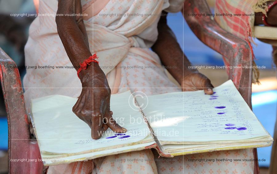 INDIA Jharkhand, NGO Birsa organise Adivasi to fight for their land rights, meeting in village, women sign with thumb print / Indien , Bundesstaat Jharkhand , Chaibasa , Dorfversammlung mit Adivasi und NGO Birsa im Dorf Ulijari , NGO BIRSA organisiert Adivasi im Kampf fuer Menschenrechte und Landrechte, Doerfer und Land der indischen Ureinwohner sind durch Bergbau und Industrieprojekte bedroht und es droht illegale Landnahme und Vertreibung
