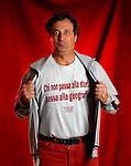 Enzo Iacchetti con una maglietta fatta dai carcerati di Rebibbia.Milano,5 marzo 2003; Enzo Iacchetti wears a t-shirt made by Rebibbia  convicts