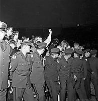 Cordon de securite pour contenir la foule au concert des Beach Boys, arena Maurice-Richard. 19 fŽvrier 1965. .