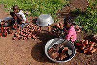 BURKINA Faso, Gaoua, children sell pottery at market / BURKINA FASO, Gaoua, Kinder verkaufen Toepferwaren auf dem Markt