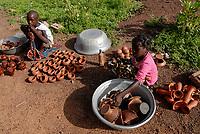 BURKINA Faso, Gaoua, children sell pottery at market / BURKINA FASO, Gaoua, Kinder verkaufen Toepferwaren auf dem Markt