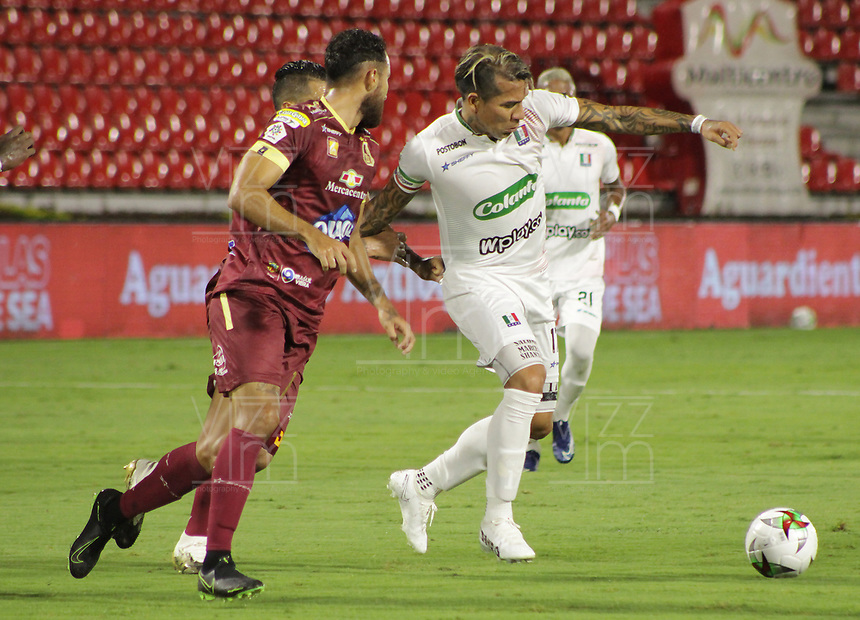 IBAGUE - COLOMBIA, 15-11-2020: Juan Pablo Nieto del Tolima disputa el balón con Dayro Moreno de Once durante partido entre Deportes Tolima y Once Caldas por la fecha 20 de la Liga BetPlay DIMAYOR 2020 jugado en el estadio Manuel Murillo Toro de la ciudad de Ibagué. / Juan Pablo Nieto of Tolima vies for the ball with Dayro Moreno of Once during match between Deportes Tolima and Once Caldas for the date 20 as part BetPlay DIMAYOR League 2020 played at Manuel Murillo Toro stadium in Ibague city.  Photo: VizzorImage / Juan Torres / Cont
