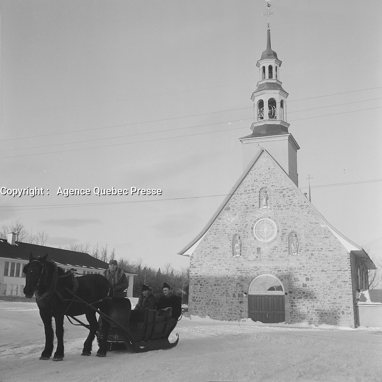 Traineau tire par un cheval a Ile d'Orleans<br /> , decembre 1965 (date exacte inconnue)<br /> <br /> On remarque l'eglise en arriere plan.<br /> <br /> <br /> PHOTO :  Agence Quebec Presse - Photo Moderne
