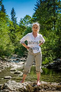 Oesterreich, Salzburger Land: Frau am Staubbach bei Unken im Heutal nach Abstieg vom Staubfall Wasserfall | Austria, Salzburger Land: woman refreshing in 'Staubbach' near Unken in Heu Valley after decending from waterfall 'Staubfall'