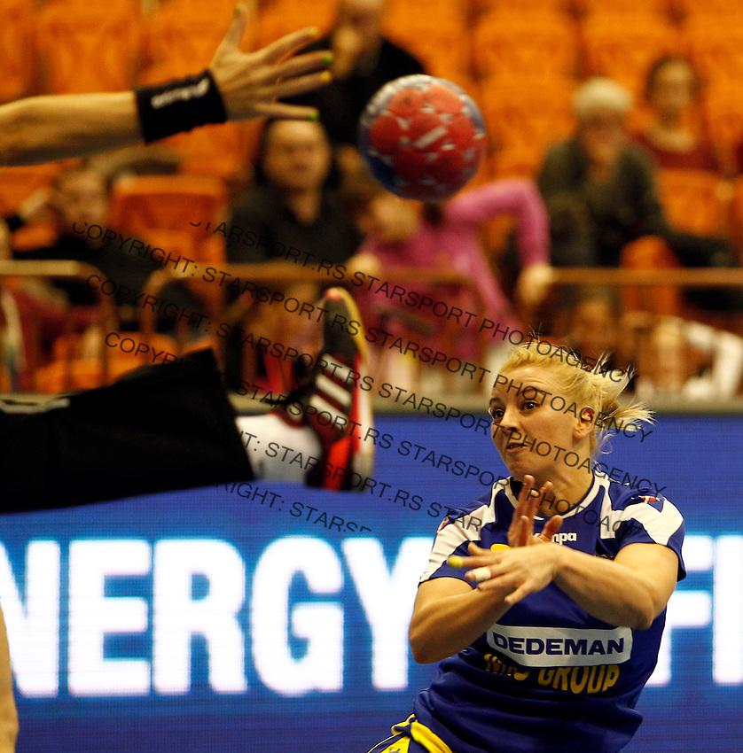Romania's Aneta Pirvut (R) challenges Australiaís goal keeper Cathy Kent during their Women's Handball World Championship 2013 match Australia vs Romania on December 9, 2013 in Novi Sad.   AFP PHOTO / PEDJA MILOSAVLJEVIC