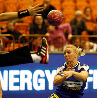 Romania's Aneta Pirvut (R) challenges Australiaís goal keeper Cathy Kent during their Women's Handball World Championship 2013 match Australia vs Romania on December 9, 2013 in Novi Sad.   AFP PHOTO / PEDJA MILOSAVLJEVIC