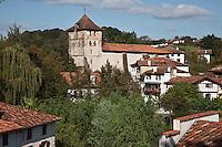 Europe/France/Aquitaine/64/Pyrénées-Atlantiques/Pays-Basque/Espelette: Le village et l'église Saint-Étienne