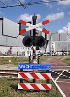 Nederland - Amsterdam - Augustus 2019. Westpoort. Sporrwegovergang bij AEB afvalcentrale.  Foto Berlinda van Dam / Hollandse Hoogte