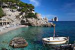 Italy, Campania, Capri: Beach view at Marina Piccola with Faraglioni rocks in distance | Italien, Kampanien, Provinz Neapel, Capri: Marina Piccola mit Strand und den Faraglioni