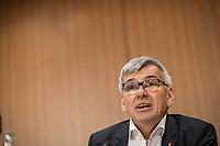 """Vorstellung des DGB-Index """"Gute Arbeit"""" am Mittwoch den 15. November 2017 in Berlin.<br /> Mit dem DGB-Index """"Gute Arbeit"""" zeigt der Deutsche Gewerkschaftsbund (DGB) einen umfassenden Ueberblick über die Befragungsergebnisse des Inifes-Institut zum Thema digitale und analoge Arbeit, die Folgen der Digitalisierung für die Arbeitssituation und betrachtet Zusammenhaenge mit der Vereinbarkeit von Arbeit und Familie.<br /> In dem Index wird u.a. deutlich, dass sich Beschaeftigte, die mit digitalen Mitteln arbeiten, haeufiger Sorgen um die Zukunft ihres Arbeitsplatzes machen. Vor allem bei gering Qualifizierten und Geringverdienern sind diese Aengste ausgepraegter. Hinsichtlich der psychischen Arbeitsanforderungen zeigen sich Zusammenhaenge mit einem staerkeren Zeit- und Termindruck, mit Arbeitsverdichtung sowie haeufigeren Stoerungen und Unterbrechungen.<br /> Im Bild: Joerg Hofmann, IG-Metall-Vorsitzender.<br /> 15.11.2017, Berlin<br /> Copyright: Christian-Ditsch.de<br /> [Inhaltsveraendernde Manipulation des Fotos nur nach ausdruecklicher Genehmigung des Fotografen. Vereinbarungen ueber Abtretung von Persoenlichkeitsrechten/Model Release der abgebildeten Person/Personen liegen nicht vor. NO MODEL RELEASE! Nur fuer Redaktionelle Zwecke. Don't publish without copyright Christian-Ditsch.de, Veroeffentlichung nur mit Fotografennennung, sowie gegen Honorar, MwSt. und Beleg. Konto: I N G - D i B a, IBAN DE58500105175400192269, BIC INGDDEFFXXX, Kontakt: post@christian-ditsch.de<br /> Bei der Bearbeitung der Dateiinformationen darf die Urheberkennzeichnung in den EXIF- und  IPTC-Daten nicht entfernt werden, diese sind in digitalen Medien nach §95c UrhG rechtlich geschuetzt. Der Urhebervermerk wird gemaess §13 UrhG verlangt.]"""