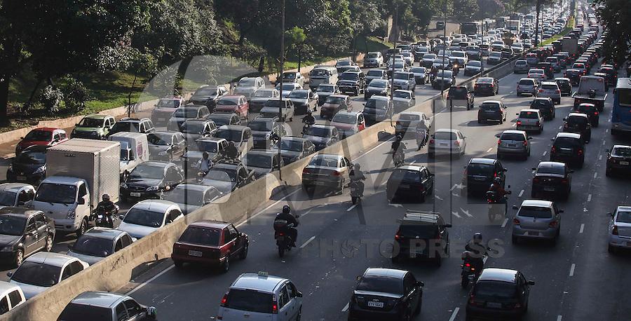 SAO PAULO, SP, 18 DE JANEIRO 2013 - TRANSITO SAO PAULO - Transito na tarde desta sexta-feira na avenida 23 de maio regiao sul da cidade de Sao Paulo. FOTO: VANESSA CARVALHO - BRAZIL PHOTO PRESS.