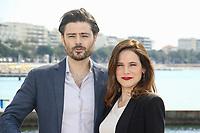 Caroline Dhavernas et Richard Short posent lors du photocall de MARY KILLS PEOPLE pendant le MIPTV a Cannes, le lundi 3 avril 2017.