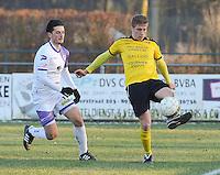 SCT Menen - RC Harelbeke :<br /> Ward Vanaudenaerde (R) ontzet de bal voor de aanstormende Besart Selmani (L)<br /> <br /> Foto VDB / Bart Vandenbroucke