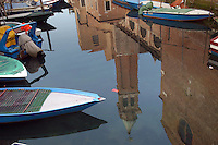 - barche ormeggiate in un canale di Chioggia (Venezia), riflesso nell'acqua di campanile....- boats in Chioggia, lagoon city south of Venice ( Italy ) Italia
