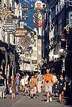 Oesterreich, Salzburger Land, Salzburg: Einkaufsbummel durch die Getreidegasse   Austria, Salzburger Land, Salzburg: window shopping at Getreidegasse