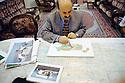 Irak 2000.Nershivan Ahmed, gouverneur de Dohok, montrant les plans pour les futurs villages de sa région.Iraq 2000.Dohoq: The governor, Nershivan Ahmed , showing plans of new villages