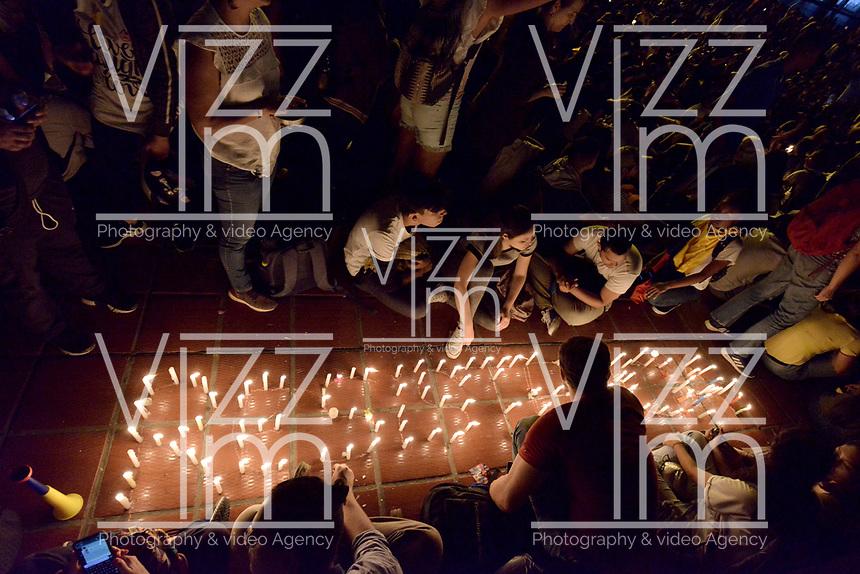CALI - COLOMBIA, 26-11-2019: Cientos de manifestantes se congregon en el Centro Administrativo de Cali para unirse a la sexta jornada de paro Nacional en Colombia hoy, 26 de noviembre de 2019 y al mismo tiempo rendir homenaje a Dylan Cruz estudiante víctima de los disturbios del 23N. La jornada Nacional es convocda para rechazar el mal gobierno y las decisiones que vulneran los derechos de los Colombianos. / Hundreds of protesters gatered at municipal center of Cali to join the sixth National Strike day in Colombia today, November 26, 2019 and the same time give tribute to Dylan Cruz student victim of the riots in 23N . The National Day is convened to reject bad government and decisions that violate the rights of Colombians. Photo: VizzorImage / Gabriel Aponte / Staff