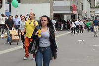 SÃO PAULO, SP, 14 DE DEZEMBRO 2011 - CLIMA TEMPO - Paulistano se refresca no tempo quente e seco desta quarta-feira, na região da Avenida Paulista. FOTO: ALEXANDRE MOREIRA - NEWS FREE.