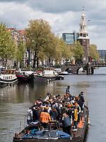 Boote am Königstag auf Gracht Oudeschans und Montalbaanstoren, Amsterdam, Provinz Nordholland, Niederlande<br /> Boats at Kings day on Gracht Oudeschans and Montalbaanstoren, Amsterdam, Province North Holland, Netherlands