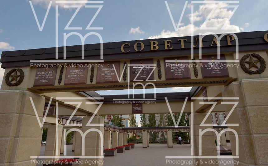KAZAN - RUSIA, 23-06-2018: Parque de la Victoria es un parque conmemorativo, con una superficie de aproximadamente 50 hectáreas, el cual dio su inició con el plantado de 1.418 árboles y arbustos en la década de 1970 – en conmemoración a los 1.418 días y noches de la Gran Guerra Patria. La base del parque es un complejo conmemorativo, construido en 1995, al igual que la Estela de la Victoria, de 42 metros. Al pasar dichos sitios llegas a una exposición de técnica militar al aire libre – aquí hay tanques, armas antitanque, obuses, aviones y helicópteros. A la izquierda del complejo conmemorativo comienza una zona verde con senderos, un parque infantil y un estanque, en el cual se pueden encontrar carpas, carasios, nadan patos. / Victory Park memorial complex is a memorial park, with an area of approximately 50 hectares, which began with the planting of 1,418 trees and shrubs in the 1970s - in commemoration of the 1,418 days and nights of the Great Patriotic War. The base of the park is a commemorative complex, built in 1995, as well as the Estela de la Victoria, 42 meters. As you pass these sites, you arrive at an exhibition of outdoor military technology - here hay tanks, anti-tank weapons, howitzers, airplanes and helicopters. To the left of the commemorative complex begins a green area with trails, a playground and a pond, in which you can find tents, caravans, swim ducks. Photo: VizzorImage / Julian Medina / Cont