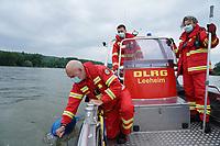Leeheim 24.06.2021: DLRG-Bootsführer<br /> Matthias Hrobarsch mit Niklas Reinhardt und Thomas Schaff (r) bei der Mann-über-Bord/Mann-im-Wasser Rettungsübung<br /> Foto: Vollformat/Marc Schüler, Schäfergasse 5, 65428 R'eim, Fon 0151/11654988, Bankverbindung KSKGG BLZ. 50852553 , KTO. 16003352. Alle Honorare zzgl. 7% MwSt.