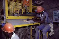 SUDAFRICA - Kimberley, miniera di diamanti di Bultfontein ( Miniere De Beers): due minatori al lavoro.