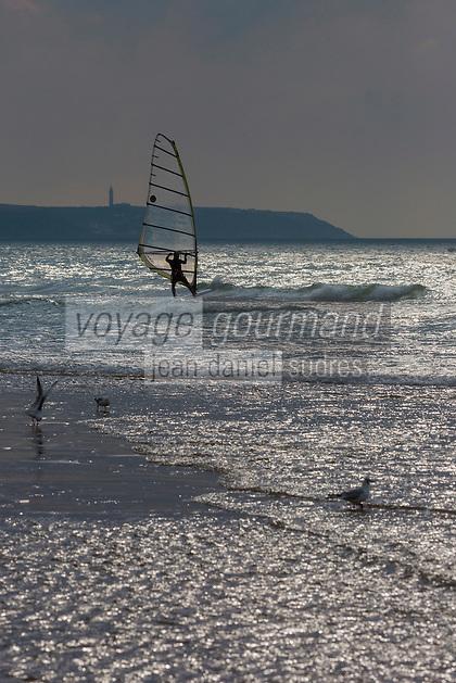 France, Pas-de-Calais (62), Côte d'Opale, Wissant:  La plage  et le  Cap Gris Nez, en fond  // France, Pas de Calais, Opal Coast, Wissant:  The beach and Cap Gris Nez in background