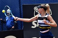 BOGOTÁ-COLOMBIA, 13-04-2019: Amanda Anisimova (USA), devuelve la bola a Beatriz Haddad (BRA), durante partido por la semifinal del Claro Colsanitas WTA, que se realiza en el Carmel Club en la ciudad de Bogotá. / Amanda Anisimova (USA), returns the ball against Beatriz Haddad (BRA), during a match for the semifinal of the WTA Claro Colsanitas, which takes place at Carmel Club in Bogota city. / Photo: VizzorImage / Luis Ramírez / Staff.