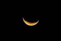 PORTO ALEGRE, RS, 22/08/2020 - CLIMA - TEMPO -  A lua crescente vista de Porto Alegre, neste sábado (22).