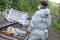 """Klimacamp """"Ende Gelaende"""" bei Elsterheide in der brandenburgischen Lausitz.<br /> Mehrere tausend Klimaaktivisten  aus Europa wollen zwischen dem 13. Mai und dem 16. Mai 2016 mit Aktionen den Braunkohletagebau blockieren um gegen die Nutzung fossiler Energie zu protestieren.<br /> Im Bild: Klimaaktivsten versuchen die Schienen einer Kohletransportstrecke zu blockieren. Sie haben eine Vorrichtung zum anketten unter den Schienen befestigt und warten einen Zug ab, der sie im Schrittempo passiert.<br /> 13.5.2016, Elsterheide/Brandenburg<br /> Copyright: Christian-Ditsch.de<br /> [Inhaltsveraendernde Manipulation des Fotos nur nach ausdruecklicher Genehmigung des Fotografen. Vereinbarungen ueber Abtretung von Persoenlichkeitsrechten/Model Release der abgebildeten Person/Personen liegen nicht vor. NO MODEL RELEASE! Nur fuer Redaktionelle Zwecke. Don't publish without copyright Christian-Ditsch.de, Veroeffentlichung nur mit Fotografennennung, sowie gegen Honorar, MwSt. und Beleg. Konto: I N G - D i B a, IBAN DE58500105175400192269, BIC INGDDEFFXXX, Kontakt: post@christian-ditsch.de<br /> Bei der Bearbeitung der Dateiinformationen darf die Urheberkennzeichnung in den EXIF- und  IPTC-Daten nicht entfernt werden, diese sind in digitalen Medien nach §95c UrhG rechtlich geschuetzt. Der Urhebervermerk wird gemaess §13 UrhG verlangt.]"""