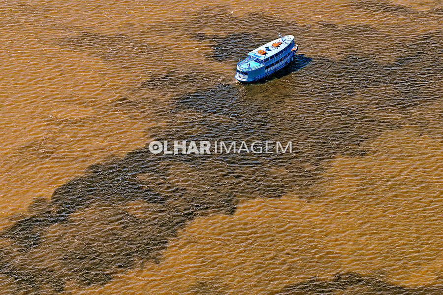 Encontro das aguas dos rios Negro e Solimoes. Rio Amazonas. Manaus. Amazonas. 2006. Foto de Sergio Amaral.