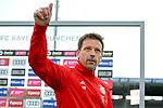 Trainer Holger Seitz (FC Bayern München) hebt die Hand, grüßt, Einzelbild, Aktion, Action beim Spiel in der 3. Liga, FC Bayern München II -1. FC Kaiserslautern.<br /> <br /> Foto © PIX-Sportfotos *** Foto ist honorarpflichtig! *** Auf Anfrage in hoeherer Qualitaet/Aufloesung. Belegexemplar erbeten. Veroeffentlichung ausschliesslich fuer journalistisch-publizistische Zwecke. For editorial use only. DFL regulations prohibit any use of photographs as image sequences and/or quasi-video.