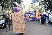 PORTO ALEGRE, RS, 29.05.2021 - ATO - FORA BOLSONARO - Representantes de entidades de classes, políticos e manifestantes populares marcham em protesto contra o governo e a favor da vacinação pelas ruas de Porto Alegre, neste sábado (29).