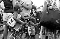 Festival di trombe e ottoni di Guca (Cacak). Bambine gitane raccolgono soldi suonando la fisarmonica per i turisti --- Trumpet festival of Guca (Cacak). Little Romanì girls collect money by playing accordion for tourists