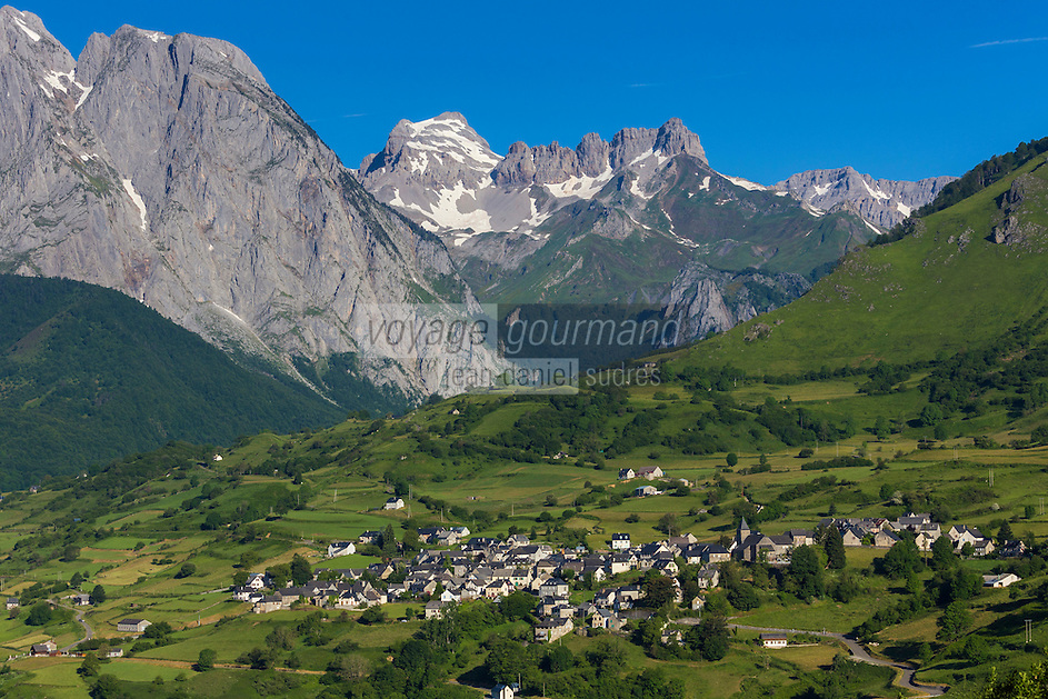 France, Pyrénées-Atlantiques (64), Béarn, vallée d'Aspe, le village et le cirque de Lescun //  France, Pyrenees Atlantiques ,Bearn, Aspe Valley, Lescun