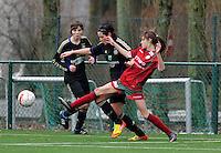 Dames Zulte - Waregem - RSC Anderlecht : duel tussen Tessa Wullaert en Cecile De Gernier voor de toekijkende Julie Van Gysel.foto DAVID CATRY / VROUWENTEAM.BE