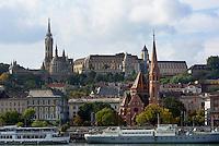 Bliick von Pest auf das Budaer Donauufer mit Matthiaskirche und Fischerbastei hinten  und reformierter Kirche vorn, Budapest, Ungarn, UNESCO-Weltkulturerbe