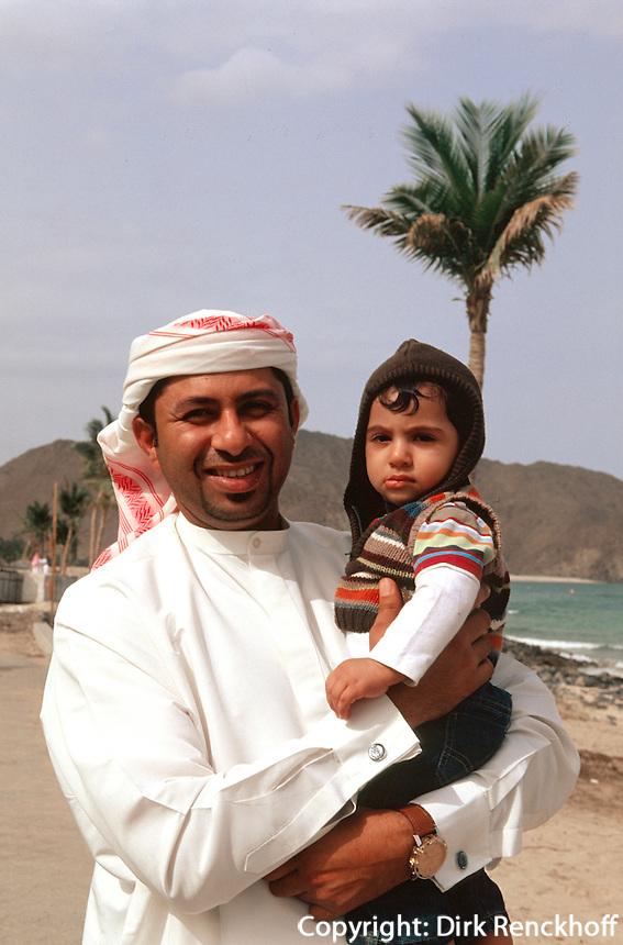Vereinigte arabische Emirate (VAE, UAE), Fujairah, Vater und Sohn am Strand von Khor Fakkan
