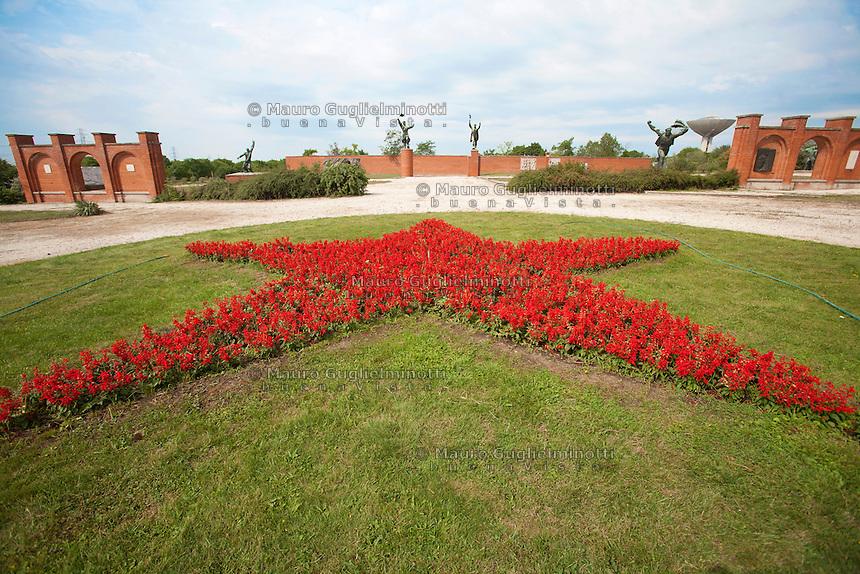 Ungheria, Budapest, Szoborpark, il cimitero delle statue sovietiche Hongrie, le cimetière de statues soviétiques<br /> Hungary, the cemetery of Soviet statues progettato nel 1993 dall'architetto  Eleod Akos junior<br /> giardino con stella rossa di fiori