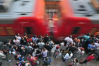 Passageiros aguardam trem na Estaçao da Luz. Sao Paulo. 2012. Foto de Marcia Minillo.