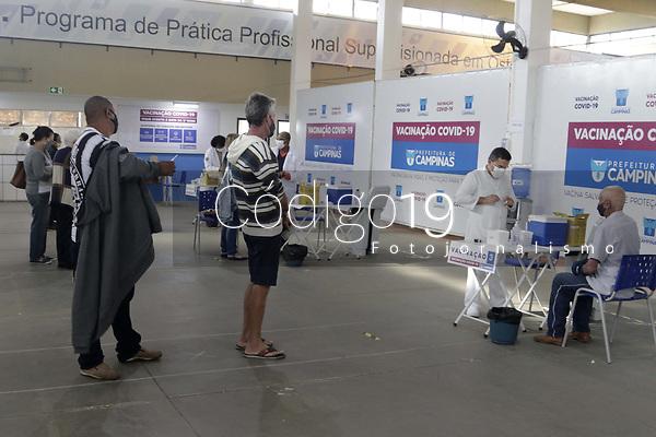 Campinas (SP), 24/05/2021 - Covid-19 - Vacinacao contra a Covid-19 na cidade de Campinas, interior de Sao Paulo, na manha desta segunda-feira (24). Com o registro de 860 mortes nas ultimas 24 horas, o Brasil se aproxima de 450 mil vidas perdidas para a Covid-19.  (Foto: Denny Cesare/Codigo 19/Codigo 19)